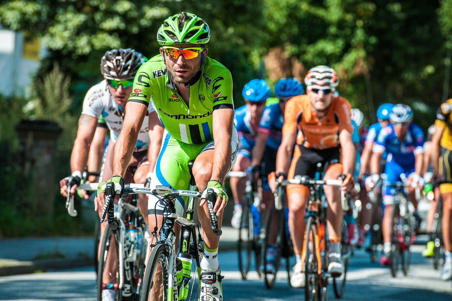 bicycle race in which the athletes are wearing best cycling gloves and other cycling gear